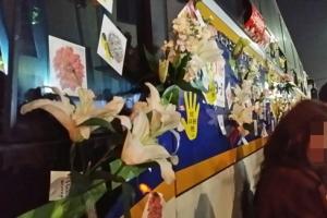 [서울포토] 12월 3일 6차 촛불집회…경찰 차벽에 꽃 달아주는 시민들