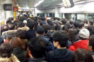 지하철 이용객 100만명 돌파...대중교통 막차 1시간 연장