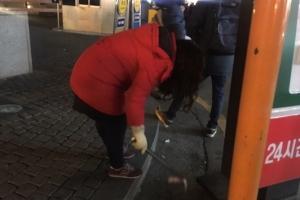 [서울포토] 6차 촛불집회, 쓰레기 직접 치우는 성숙한 시민의식