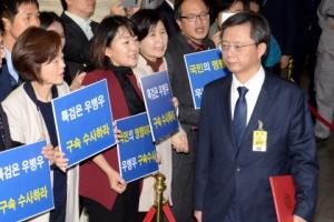 [서울포토] '이게 보이십니까?'…국회 국조특위 청문회 출석하는 우병우 전 청와대 …