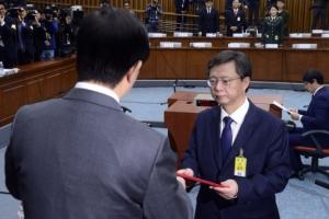 [서울포토] 우병우 전 청와대 민정수석, 증인선서문 제출