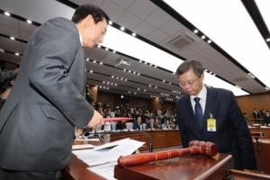 [서울포토] 우병우 전 청와대 민정수석, 증인선서를 마친 뒤 선서문 제출