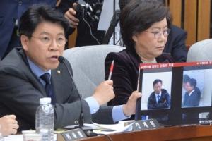 [서울포토] '이 자세는 뭡니까?'…장제원 새누리당 의원, 우병우 전 청와대 민정수석…
