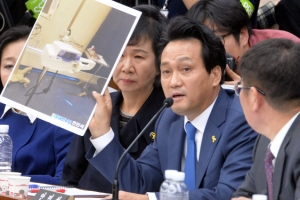[서울포토] 안민석 더불어민주당 의원, 조여옥 대통령경호실 의무실 간호장교에 질문