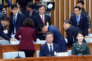 [서울포토] '참고인석으로 가십시오!'…더불어민주당 의원들, 국정조사 5차 청문회서…