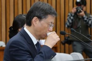 [서울포토] '물부터 마셔두자'…우병우 전 청와대 민정수석