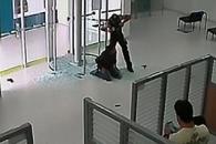 가짜 총 들고 은행 털다가 진짜 총에 제압된 강도