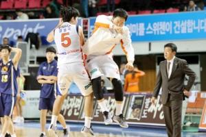 [프로농구] 정병국 3점슛 다섯 방, 2차 연장 끝에 KCC 격파 앞장