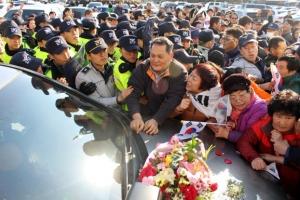 문재인 전 대표 차량 구미시청서 시위 시민에 25분 간 봉쇄