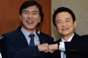 [서울포토] 주먹 맞댄 안희정-남경필