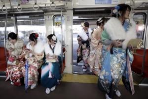 [포토] 줄지어 전철로 들어서는 기모노 입은 여인들