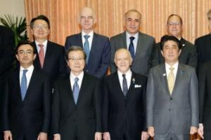 아베, 22개국 대사 초청 오찬…'소녀상 갈등' 주일한국대사 참석