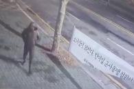 """[영상] """"홧김에…"""" 부산 소녀상 현수막 훼손한 40대…"""