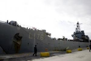 혹한기 난민 피난처 된 '가장 따뜻한 해군 함정'