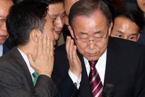 [서울포토] 대변인과 대화나누는 반기문 전 총장