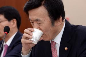 [서울포토] 물 마시는 윤병세 외교부 장관