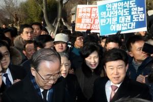 """봉하마을 간 반기문 """"노무현도 '정치교체' 말했다"""""""