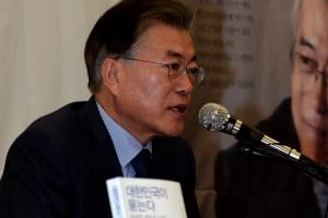 [서울포토] 질문에 답하는 문재인 전 대표
