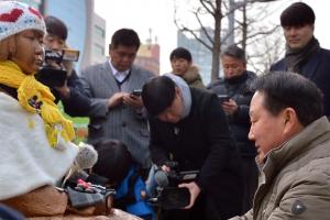 """일본 영사관 소녀상에 예를 갖춘 박삼석 부산 동구청장 """"CCTV 설치"""""""