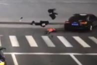 무단횡단한 학생들 질주 차량과 충돌