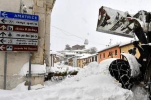 伊 지진에 폭설까지… 호텔에 눈사태 덮쳐 30명 실종