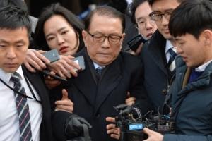 [서울포토] 영장실질심사 마치고 법원 나서는 김기춘