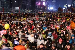 """""""박근혜 대통령 탄핵, 재벌총수 구속""""…눈+강추위 속 '주말 촛불집회'"""