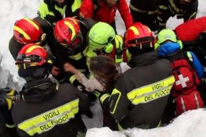 눈사태로 붕괴된 이탈리아 호텔서 사흘만에 9명 '생환'