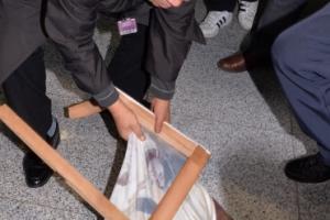 [서울포토] 박 대통령 누드 그림 훼손하는 보수단체