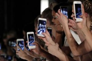 [포토] 눈으로 보는 것보다 핸드폰으로 '촬영이 먼저'