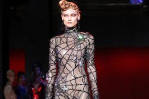 [포토] 전신 뒤덮은 거미줄 패션