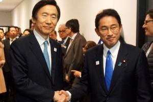 한일 외교장관, 소녀상 '간극' 재확인…주한 일본대사 복귀도 '불투명'(종합)