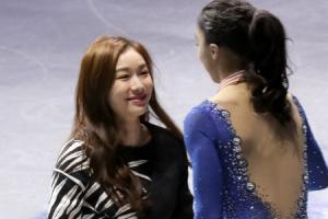 '피겨퀸' 김연아, 다시 은반 위에…시상식서 꽃다발 전달