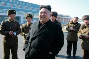 '웃는' 김정은, 10대때 김정일 수행했던 메기공장 시찰