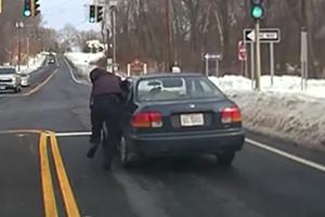 美서 경찰관 매달고 질주한 승용차, 이유가?