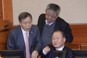 """대통령 측 """"강일원, 불공정 재판""""… 헌재 """"감히 이 자리에서"""""""