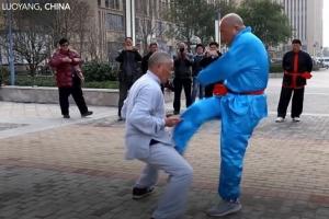 '발로 차도 안 아파요~!' 중국 쿵푸 마스터의 대단한 시범