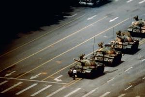 [그 책속 이미지] 톈안먼 탱크를 막아 선 남자… 진실을 향한 기록