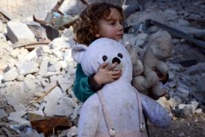 무너진 마을의 시리아 소녀