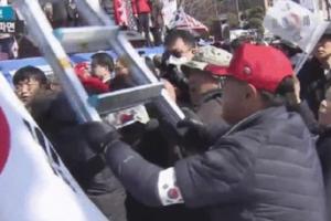 탄핵 반대집회 취재하던 대만 기자 돌로 내려친 70대男