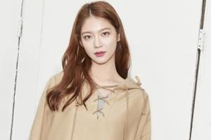 캐주얼 룩으로 봄맞이 나선 배우 공승연의 매력