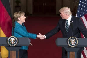 """트럼프-메르켈 첫 정상회담…""""방위비 공정부담"""" vs """"무역협상 재개"""""""