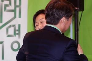 [서울포토] 김미경 교수와 포옹하는 안철수