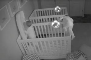 늦은 밤 쌍둥이 아기 방에서 일어나는 일