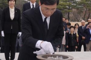 [서울포토]4.19 민주묘지 참배하는 안희정