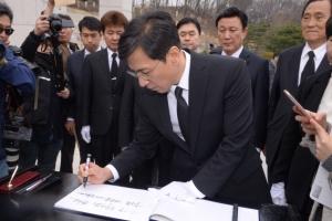 [서울포토]4.19 민주 묘지 찾은 안희정 충남지사
