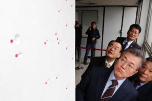 """광주서 '전두환 표창' 질타받은 문재인 """"5·18 정신, 헌법에 명시토록 개헌 필요"""""""