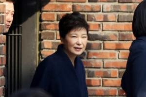"""박근혜, 자택 출발 전 """"아이고, 많이들 오셨네요"""""""