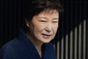 """박근혜 전 대통령, 검찰 출석…""""국민 여러분께 송구, 성실히 조사 임하겠다"""""""