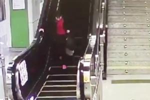 에스컬레이터와 사투 벌인 중국 여성, 그 이유가?